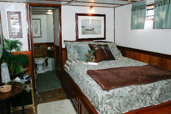Making Waves Boatel: Main guestroom downtown Toronto Bed and Breakfast