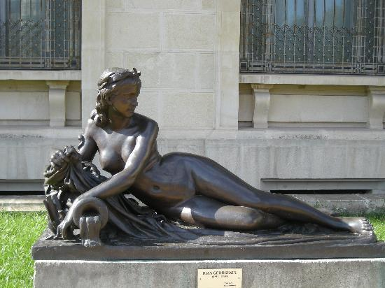 The National Museum of Art of Romania : Sculpture outside the museum