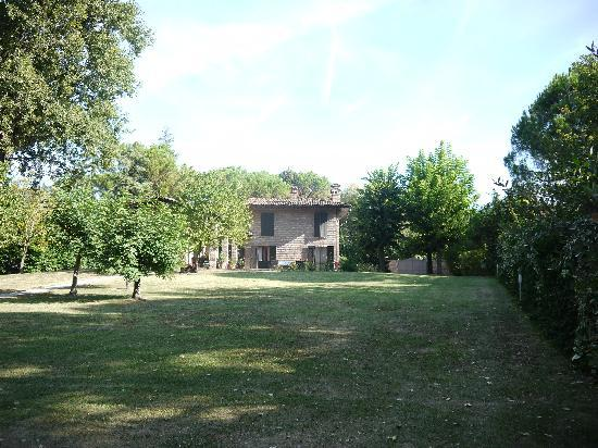 Pozzo di Mezzo B&B: Lots of green space to relax in