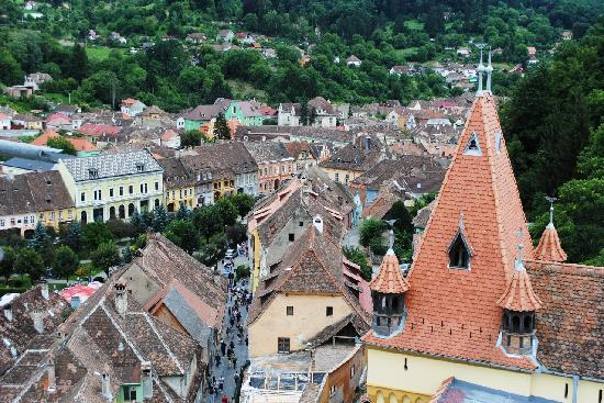 Το ρολόι της πόλης: The rooftops of Sighisoara, pictured from the Clock Tower