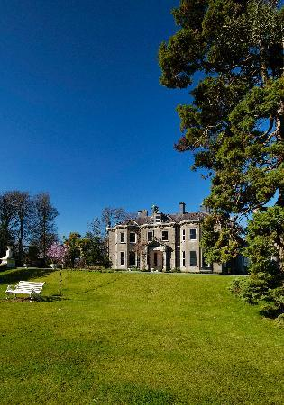 Tinakilly Country House Hotel & Restaurant: Tinakilly in the rare Irish Sunshine