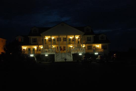 Judith Ann Inn: Hotel at night