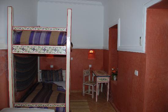 Riad Dar Jdati: Chambre Kalila avec 3 lits salle de bain et toilettes