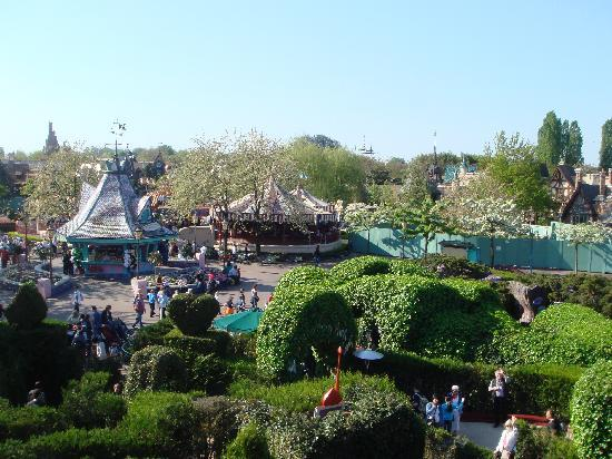 Disneyland Park: view over fantasy land