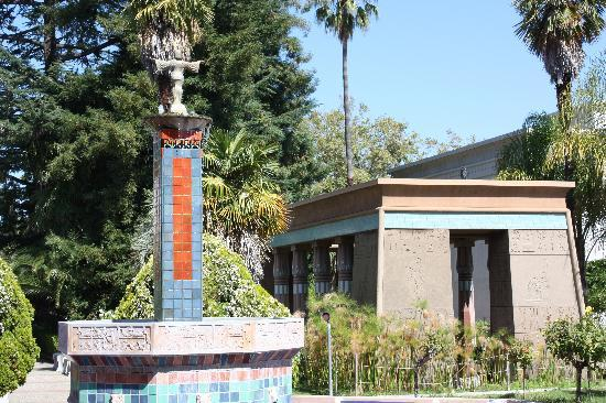 Rosicrucian Egyptian Museum: Central fountain and meditation garden