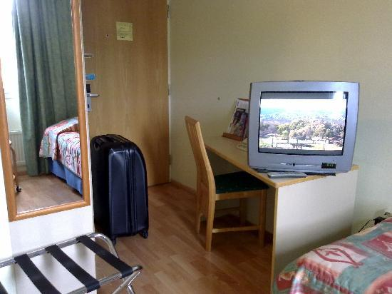 Hotel Cumulus Kotka: Tv took over most of the desk space