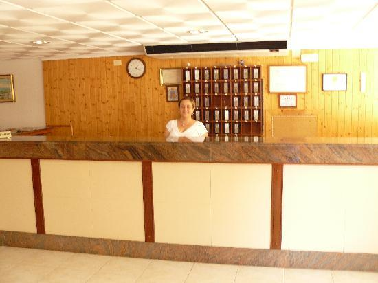 Hotel Jardin : amplia recepcion, cafeteria, restaurante,...