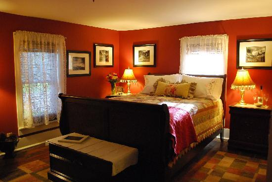 Applesauce Inn Bed & Breakfast: Warm and modern Napa Room