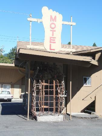 Bigfoot Motel: this is the BIG FOOT CAGE it's in the back of the Motel