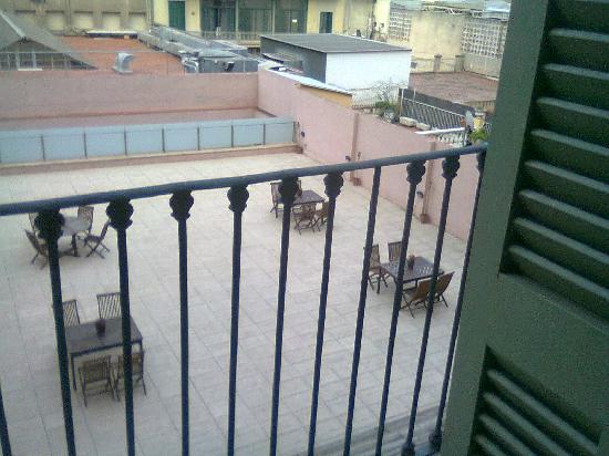 โอนิกซ์ แรมบลา โฮเต็ล: The unused terrace to the rear