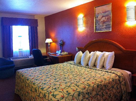 Days Inn by Wyndham Bastrop: King Bed