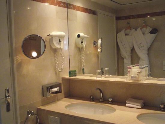 Hotel du Louvre: salle de bain