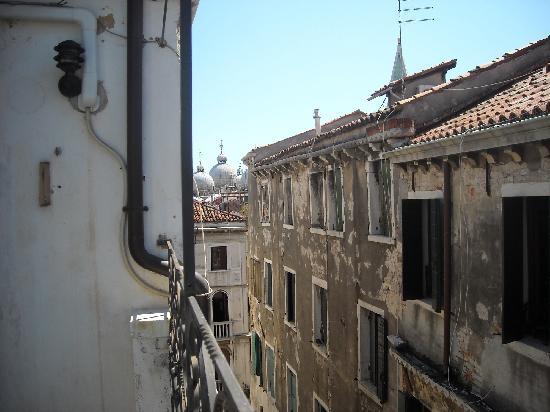 Locanda ai Bareteri: vista di San marco dalla camera al IV piano