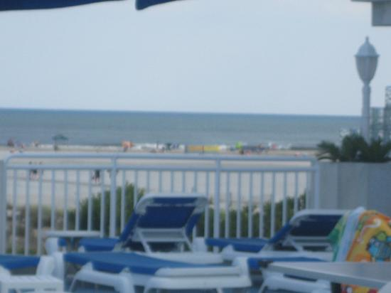 The Crusader Oceanfront Family Resort: patio with view on the beach