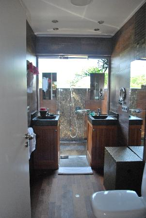 Baoase Luxury Resort: One bathroom with outdoor shower
