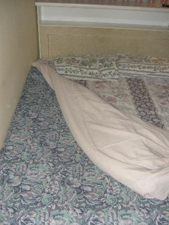 Fatima House B&B: Bett - dreckig!