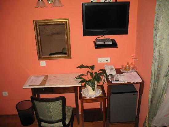 Hotel Pasike: Desk, TV, Refrigerator