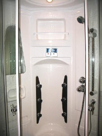 Hotel Pasike: Shower