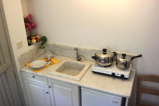 Hotel Aegean Village: kitchenette