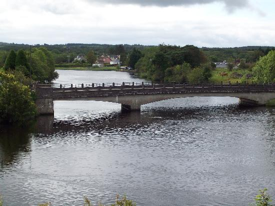 Hotel Carlton: Bridge over the river Erne, Belleek.