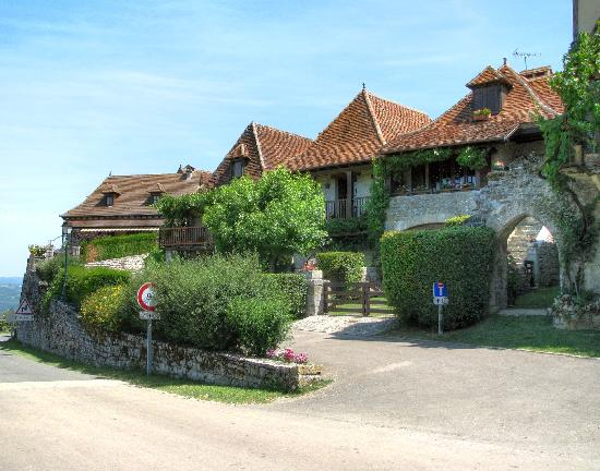 Inter-Hotel le Relais de Castelnau : The Loubressac Village entrance