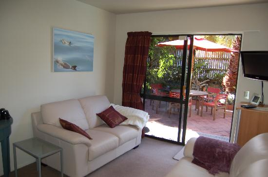 Harbour View Lodge: Watch TV or listen to music while relaxing on the comfy leather couches