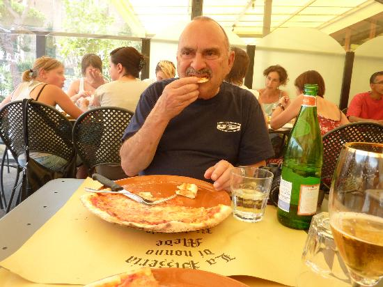 La Pizzeria di Nonno Mede: Eating the world's best pizza.