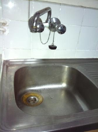 Apartamentos Alexis: fregadero oxidado