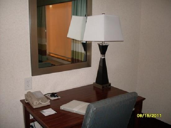 Hampton Inn & Suites San Antonio / Northeast I35: desk