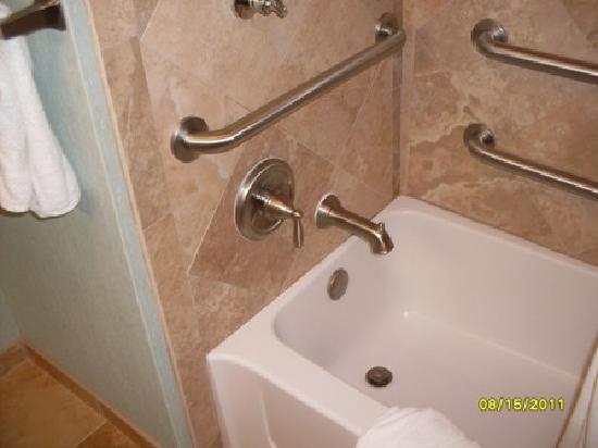 Hampton Inn & Suites San Antonio / Northeast I35 : tub
