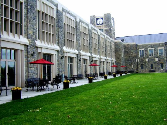 The Inn at Virginia Tech and Skelton Conference Center: Outside the courtyard