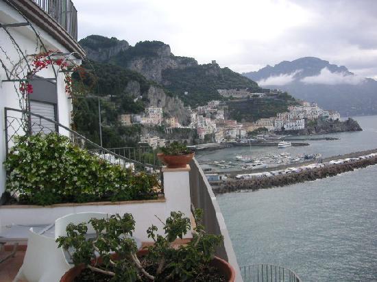 Miramalfi Hotel: View from balcony to Amalfi
