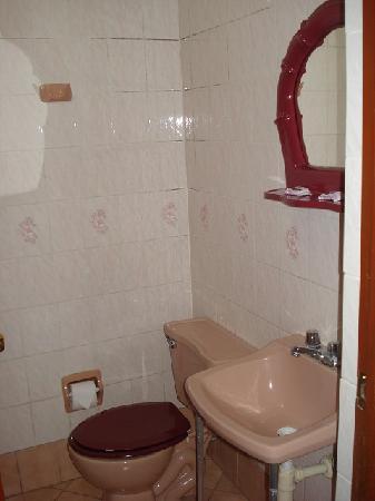 Hostal Victor - Lima Airport Hostel: Bath