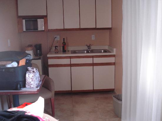 Days Inn Hollywood Near Universal Studios: the kitchenette