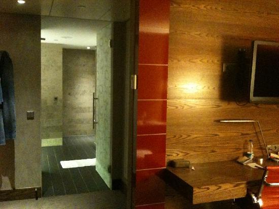 Hilton The Hague: Walk down my short corridor to the bathroom