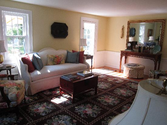 The Blushing Oyster Bed & Breakfast: Living Area