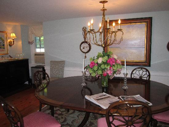 The Blushing Oyster Bed & Breakfast: Dining room