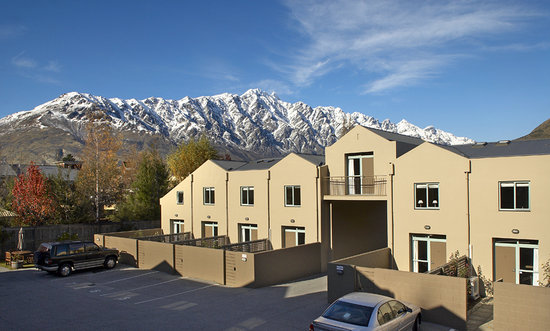 Asure Queenstown Gateway Apartments: Set against a beautiful backdrop of The Remarkables mountain range