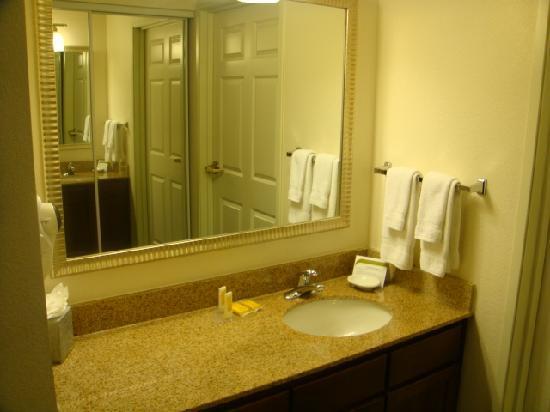 Residence Inn Indianapolis Carmel: vanity outside the bathroom