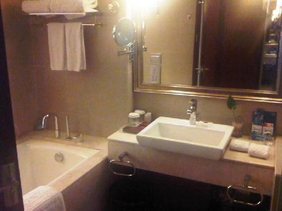 Crystal Hotel: Bathroom