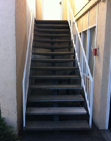 Columbus Motor Inn: Stairs to the upper level