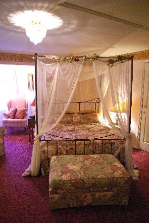 Tayberry Victorian Cottage B&B: An elegantly decorated bedroom