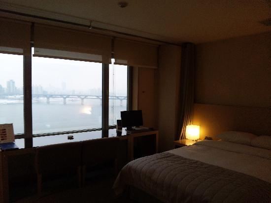 ホテル ブルー パール, 角部屋から見えるハンガンの夜景もステキです。