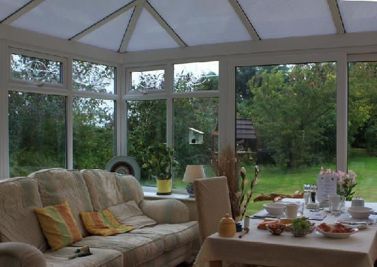 Southdown B&B / White Horse Walking Holidays: Beautiful Breakfast in this lovely conservatory