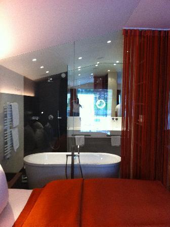 Hotel Restaurant Spa Rosengarten: Blick ins Bad vom Bett