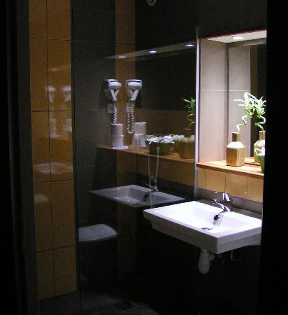 Kyriad Montelimar Centre: salle de bains design