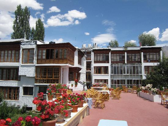 Hotel Omasila: Outdoor patio and backside of the hotel