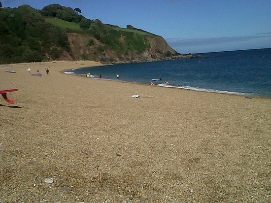 Ντάρτμουθ, UK: Part of the lovely Blackpool Sands - a fine shingle beach!
