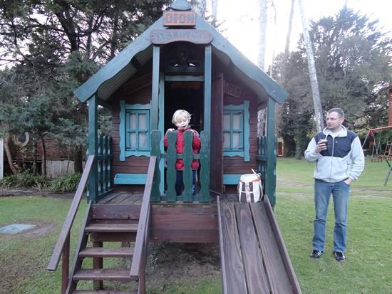 Barradas Parque Hotel & Spa: Meu filho e eu na casinha no patio do Hotel