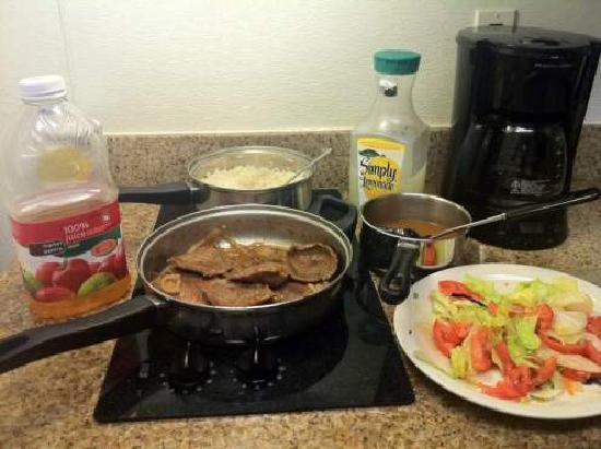 Studio 6 Orlando - Kissimmee: refeições feitas na cozinha